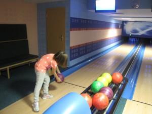 Emma au bowling en Moravie août 2015