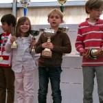 Sur la photo Emma Schmidt avec ses 2 coupes : 1ère petite poussine et plus jeune joueuse du tournoi (Emma est née en avril 2007). A droite Pierre-Matthieu Prat.