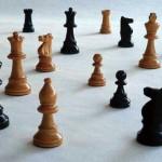 Pièces d'échecs éparpillées