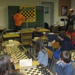 Sous l'œil attentif des écoliers, la démonstration par un jeune champion